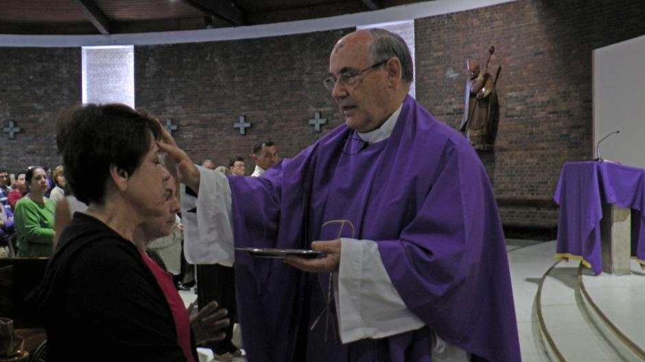 La iglesia San Judas Tadeo en la zona 14 se llenó de devotos para recibir la cruz de ceniza. (Foto: Esteban Biba/Soy502)