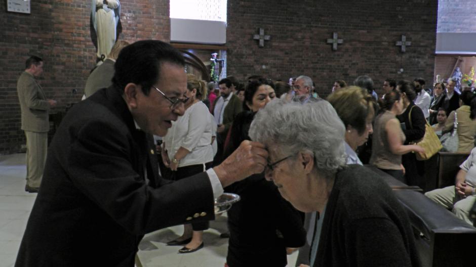 """""""Conviértete y cree en el evangelio"""", es la frase que se utiliza en el rito de la imposición de la cruz de ceniza. (Foto: Esteban Biba/Soy502)"""