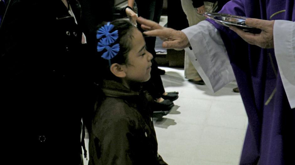 Los más pequeños también recibieron la cruz. (Foto: Esteban Biba/Soy502)