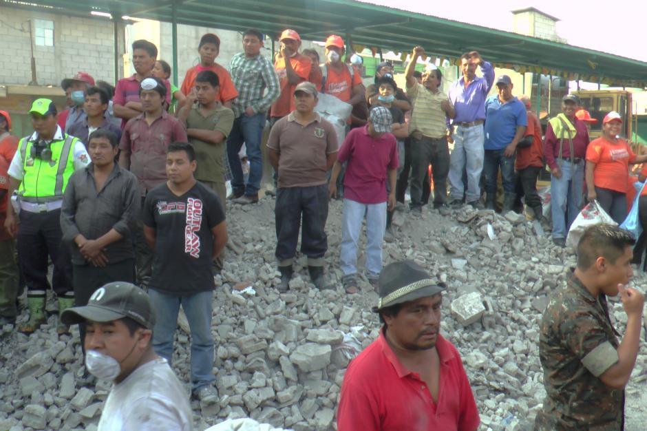 Los escombros de los negocios que fueron demolidos por los inquilinos esperan a ser trasladados. Se calcula que removieron 3 mil toneladas de escombros. (Foto: Antonio Ordoñez/Soy502)