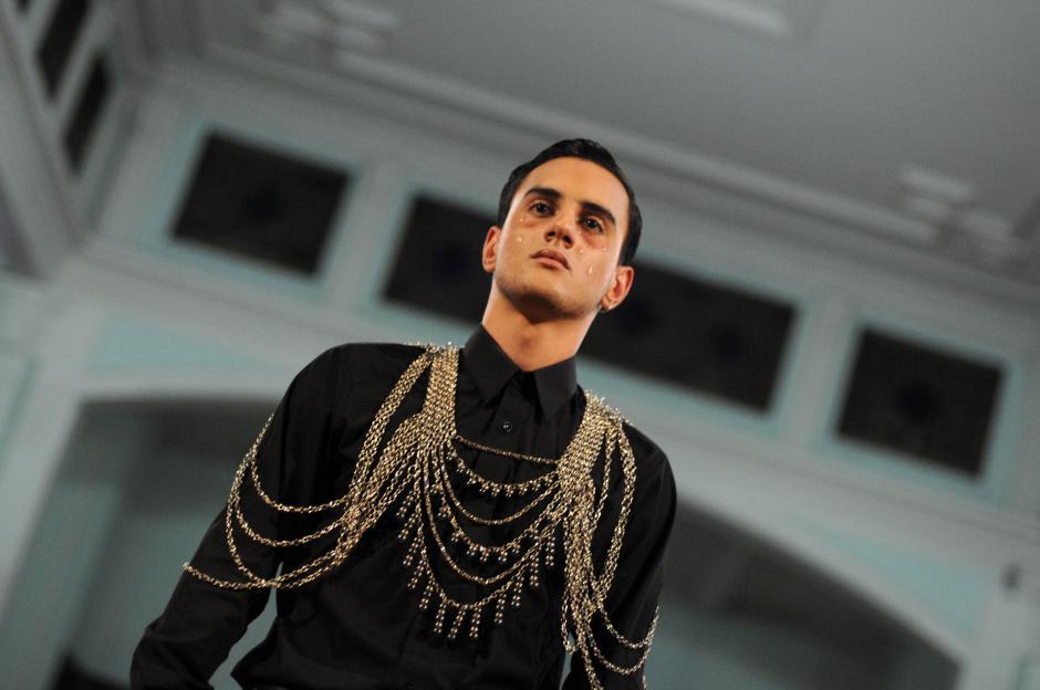 Los collares visten el torso entero, haciendo de la pieza una prenda de vestir.