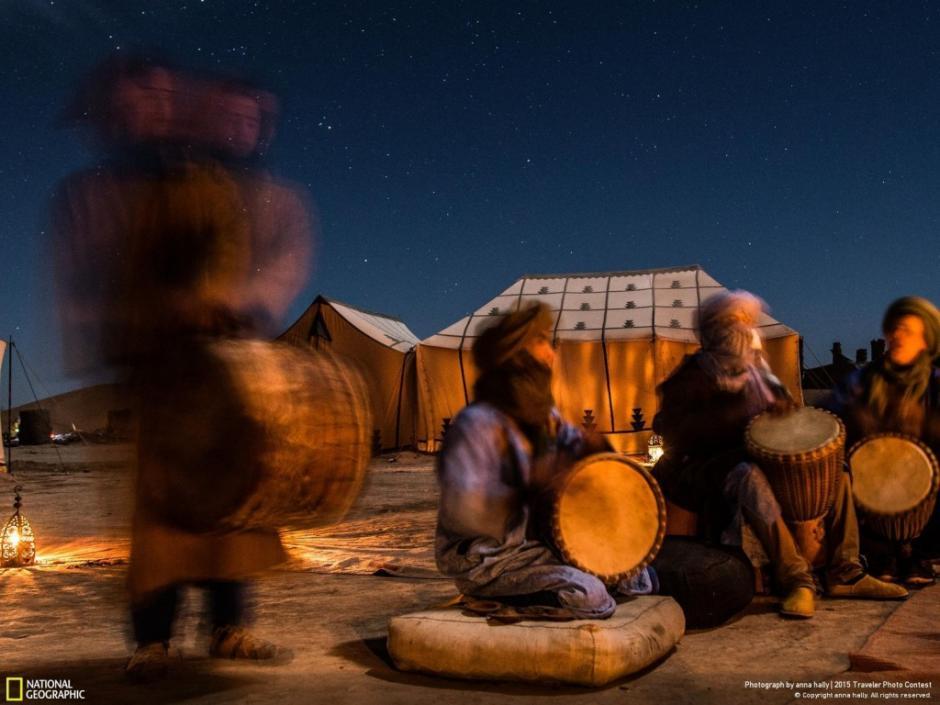 Músicos interpretan melodías durante la celebración de Año Nuevo en el desierto del Sahara. (Foto: Anna Hally/National Geographic)