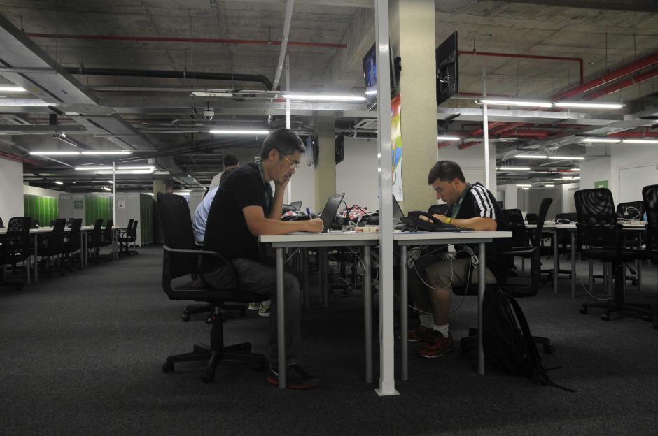 Periodistas brasileños, estadounidenses y asiáticos son los primeros en ocupar la sala de prensa en Río de Janeiro. (Foto: Pedro Pablo MIjangos/Soy502)
