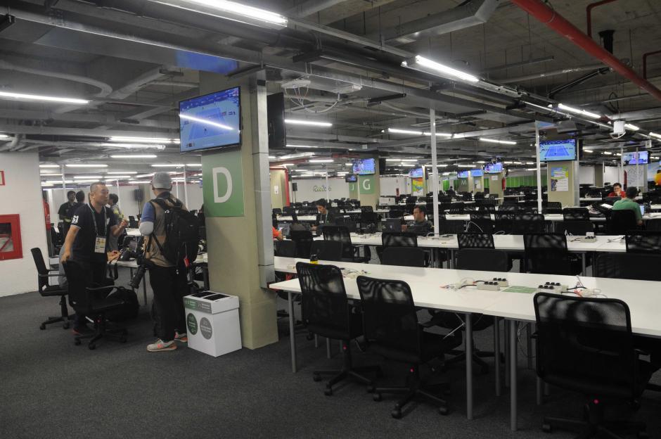 Decenas de pantalla de televisión están en los muros de la sala de prensa con diferentes actividades deportivas. (Foto: Pedro Pablo MIjangos/Soy502)