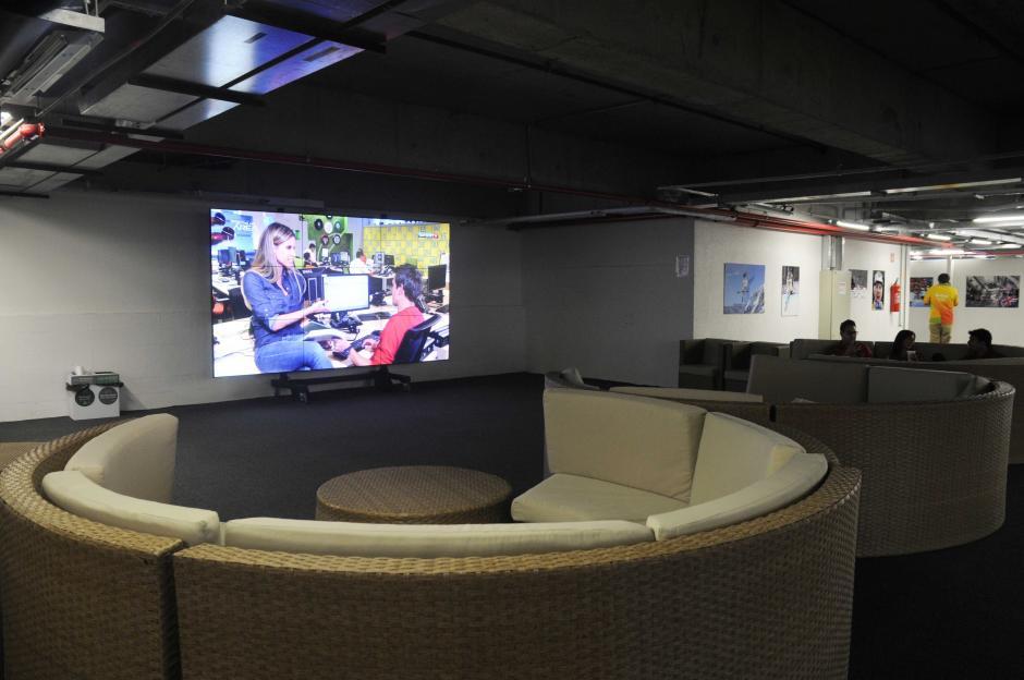 En las áreas de reposo hay pantallas gigantes para ver en vivo las transmisiones deportivas de los canales con derechos de TV. (Foto: Pedro Pablo MIjangos/Soy502)