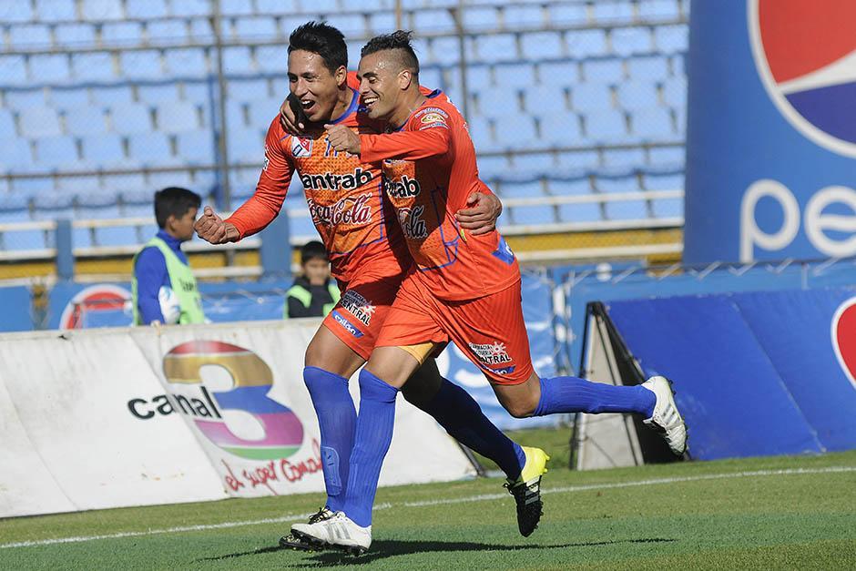 Suchi dio el primer batacazo del Clausura 2016 al ganarle de visita a Comunicaciones. En la imagen festajan los anotadores venados,Omar Zalazar yFrancisco Ladogana (argentinos). (Foto: Nuestro Diario)
