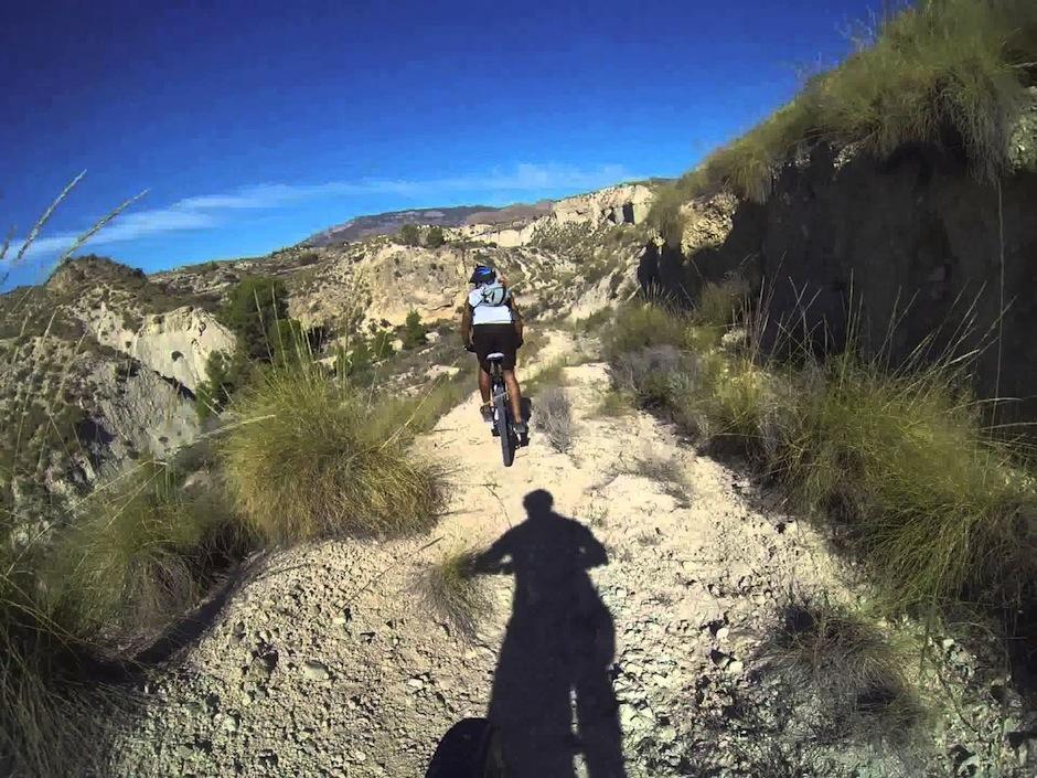Un deporte como la bicicleta ayuda a los exitosos a estar en forma. (Foto: youtube)