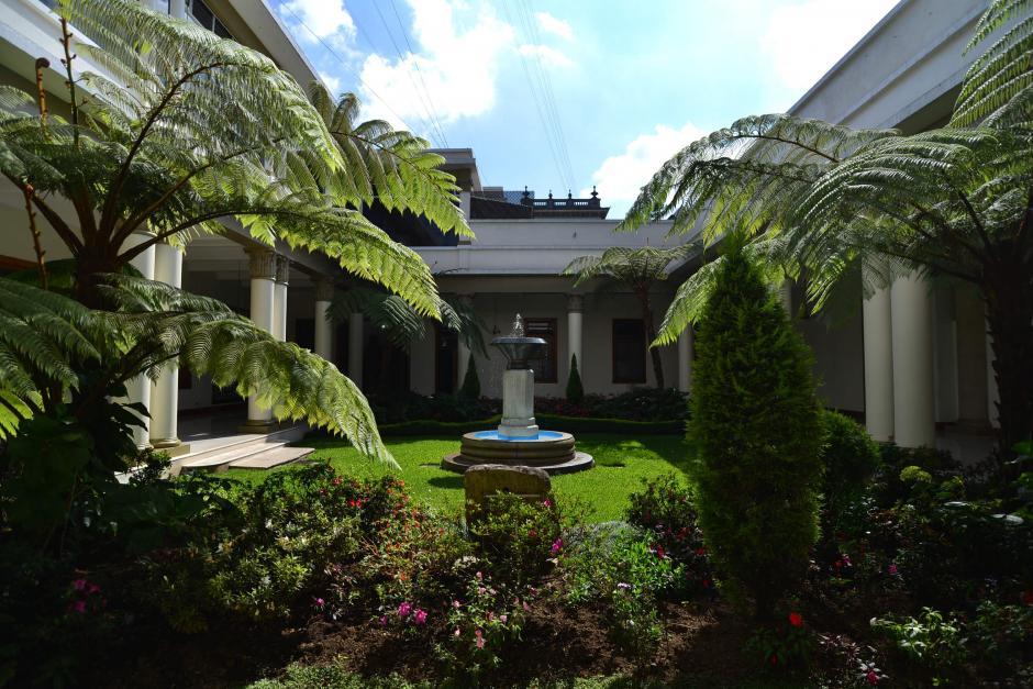 El jardín principal de Casa Presidencial está adornada con una fuente. (Foto: Wilder López/Soy502)