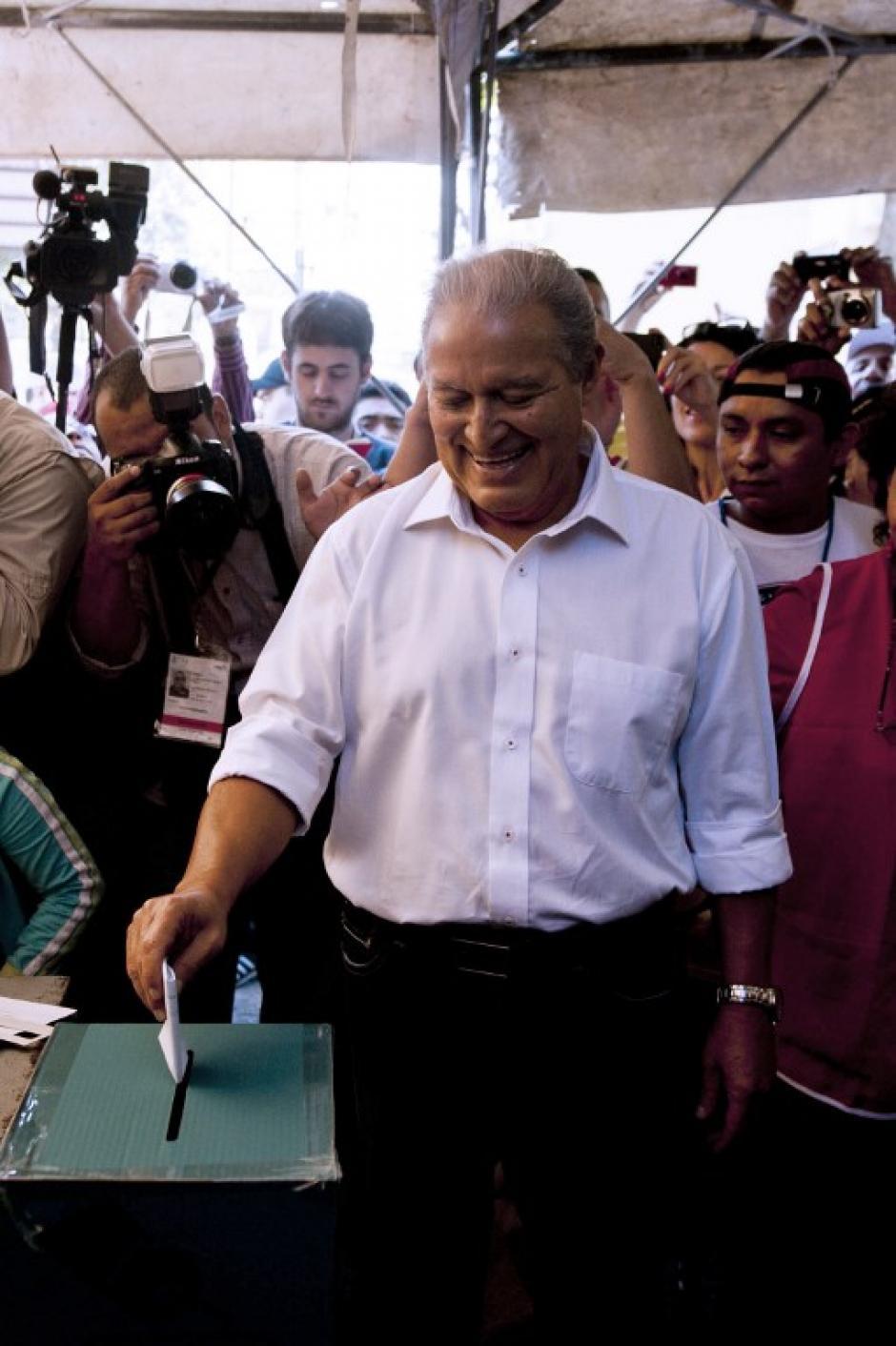 Salvador Sánchez Cerén es candidato del Frente Farabundo Martí para la Liberación Nacional (FMLN), el partido de izquierda salvadoreño. Fue vicepresidente de Mauricio Funes, actual presidente, y abandonó el puesto en 2012 para dedicarse a su campaña por la presidencia. De ganar se convertiría en el primer ex guerrillero en llegar al puesto. (Foto: AFP)