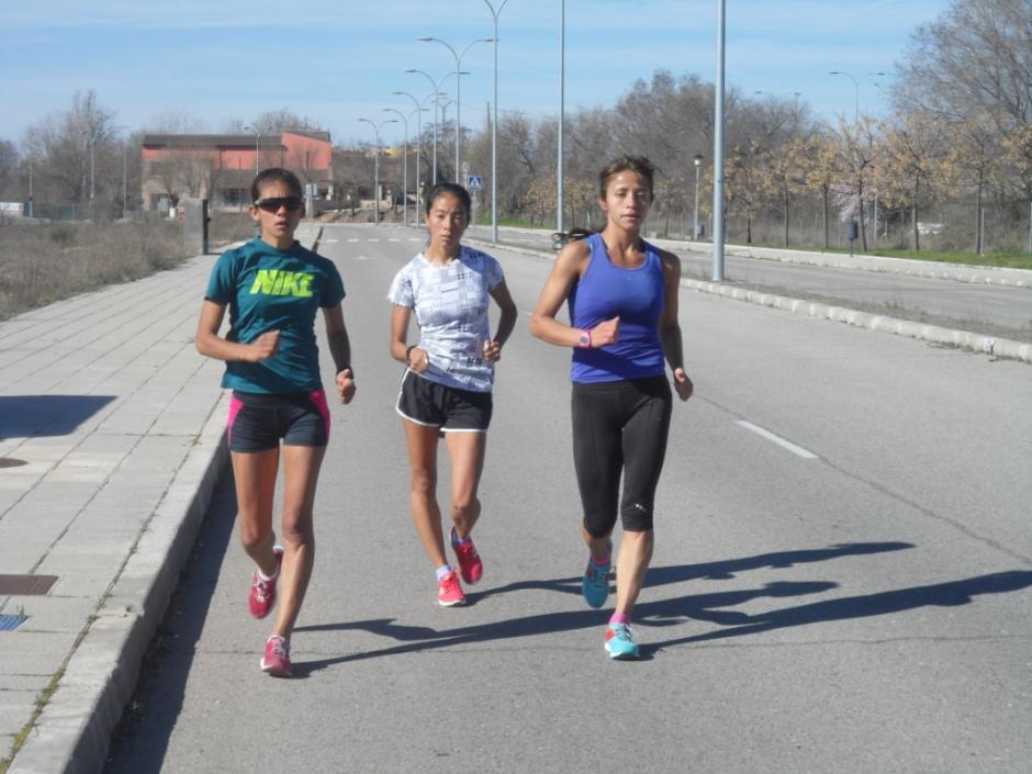 Mirna Ortíz, Maritza Poncio y Mayra Herrera marchan juntas en las calles de Guadalajara, España. (Foto: COG)