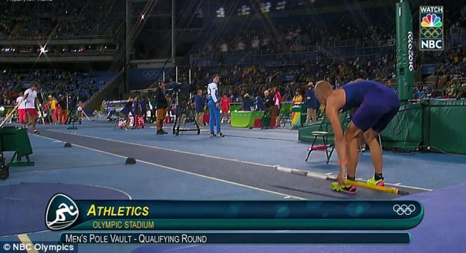 Kendricks deja la pértiga en el suelo durante su participación en el evento de salto. (Foto: Daily Mail)