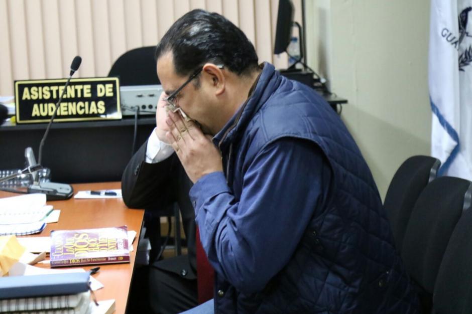 Sammy Morales comió y leyó un libro antes de la resolución de la jueza. (Foto: Alejandro Balán/Soy502)