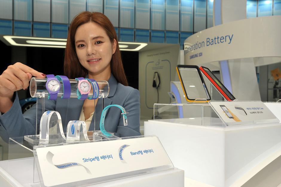 Samsung dio a conocer los prototipos de sus baterías flexibles que llevan el nombre de Stripe y Band. (Foto: Samsung)