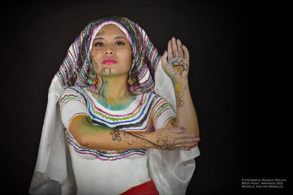 Darlyng Morales es una de las modelos que lleva la representción del hüipil de San Pedro Soloma en el cuerpo. (Foto: Ronald Waldo)