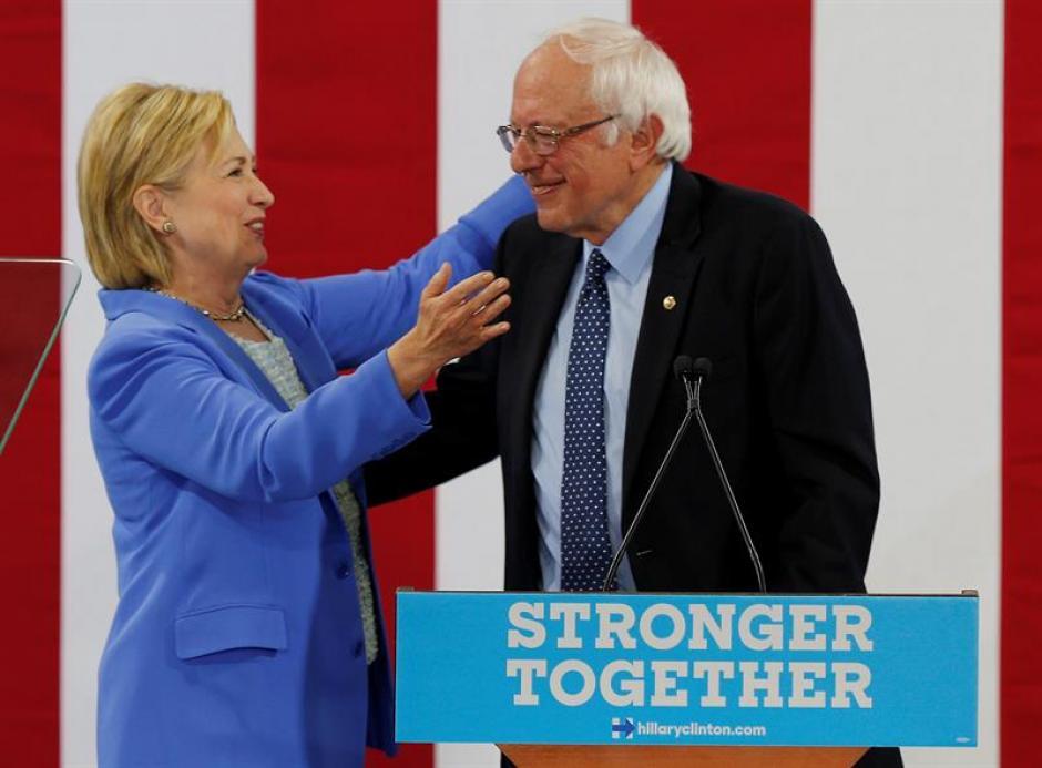 La candidata presidencial del partido demócrata Hillary Clinton abraza a Sanders, luego que este anunciara su apoyo. (Foto: Efe)