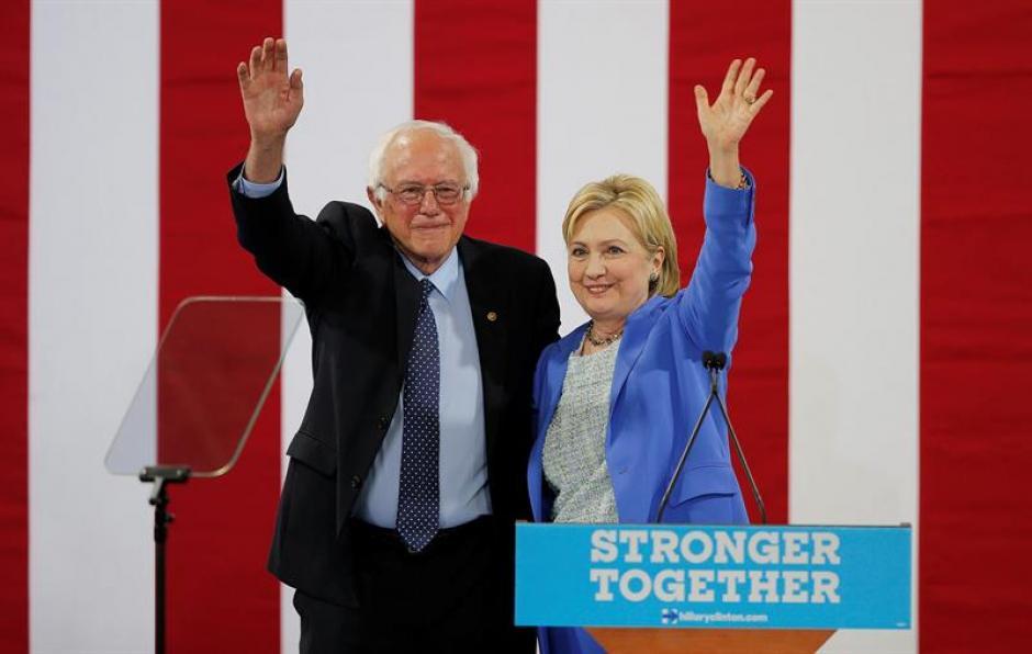 La candidata presidencial del partido demócrata Hillary Clinton y el hasta ahora rival por la nominación Bernie Sanders durante un acto. (Foto: Efe)