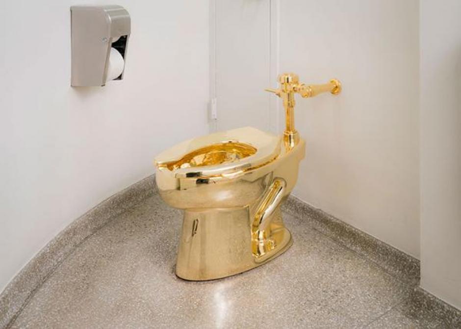 El sanitario de oro está disponible para todo el público. (Foto: www.infobae.com)