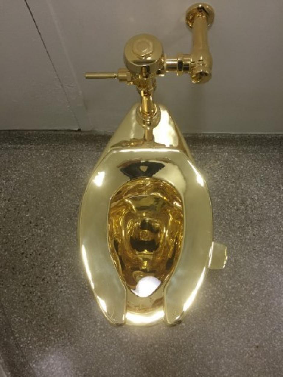 El inodoro fue colocado en el Museo Guggenheim en Nueva York. (Foto: AFP)