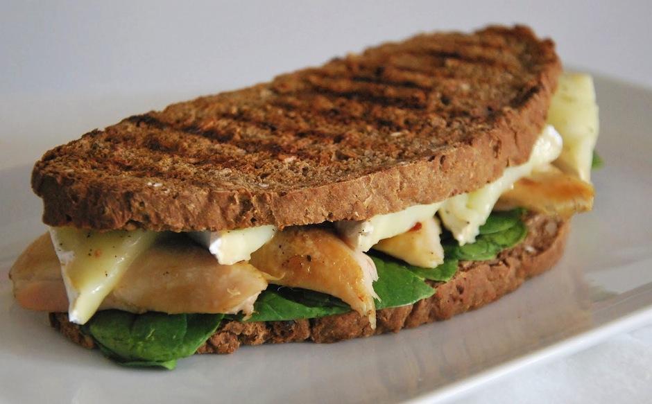 El pollo, carne y pescado con pan integral ayudan a recuperarte del cansancio. Prueba un emparedado de pollo a la plancha. (Foto: L'Exquisit)