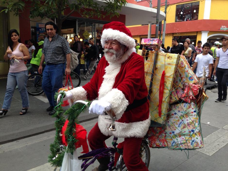 Santa Clos en bici en la sexta avenida y 10 calle de la zona 1, en nuestra foto del 14 de diciembre de 2013. (Foto/José Dávila/Soy502)