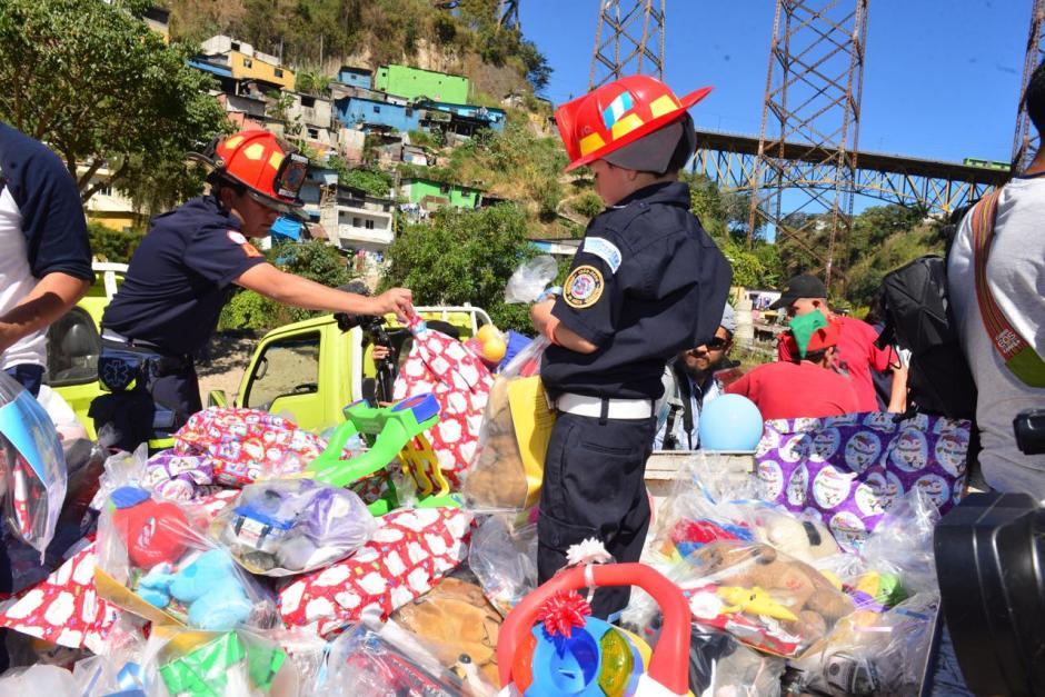 Carros llenos de regalos llegaron al asentamiento. (Foto: Jesús Alfonso/Soy502)
