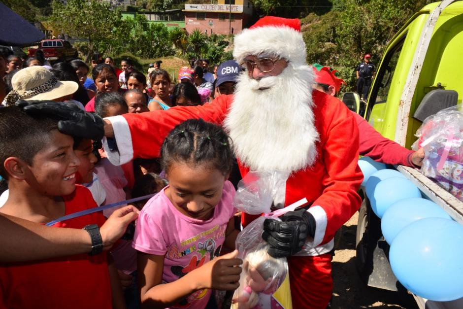 La alegría de los niños era evidente al recibir los regalos. (Foto: Jesús Alfonso/Soy502)