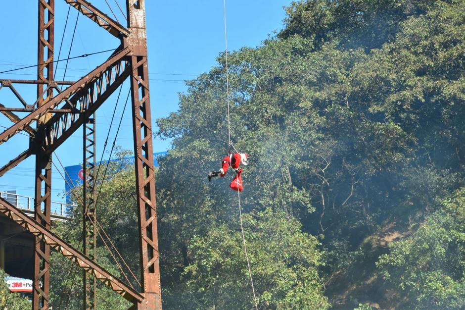 20 años consecutivos tiene el bombero de hacer esta actividad. (Foto: Jesús Alfonso/Soy502)