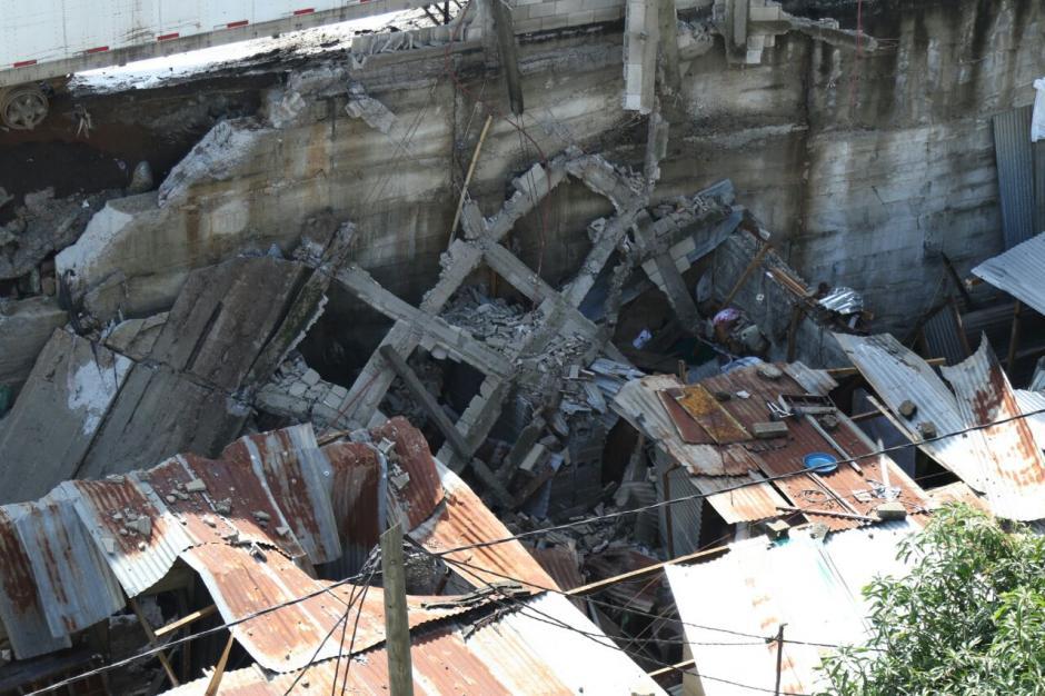 Un furgón cayó sobre cinco viviendas de Santa Isabel II. (Foto: Alejandro Balán/Soy502)