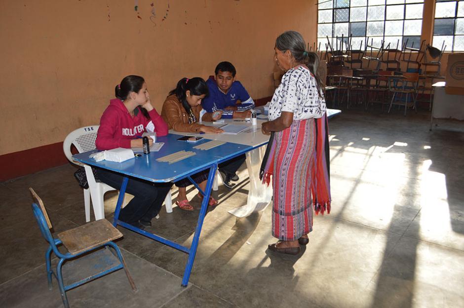 Una vecina al momento de emitir su voto en Santiago Atitlán, Solola. (Foto: Nuestro Diario)
