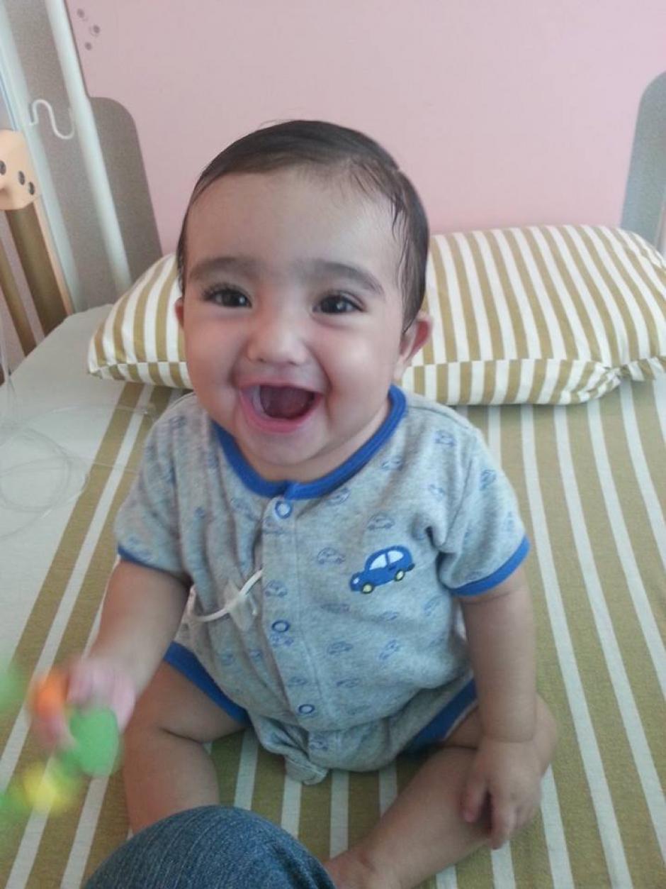 Para Mohamed y Jaquelin ver a su hijo tan sano es como un milagro.(Foto: Padres de Santiago)