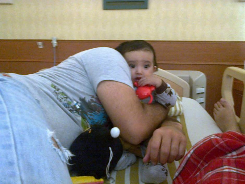 El niño recibe todo el amor de su padre como muestra de fortaleza.