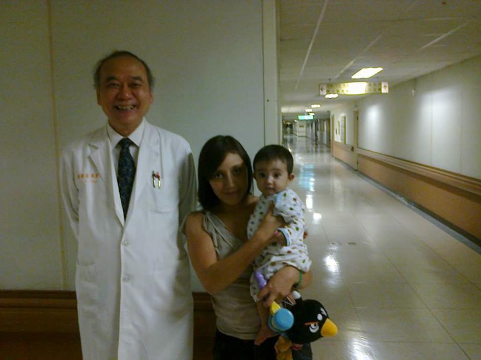 Santiago y su mamá posan junto al doctor que realizará la operación.