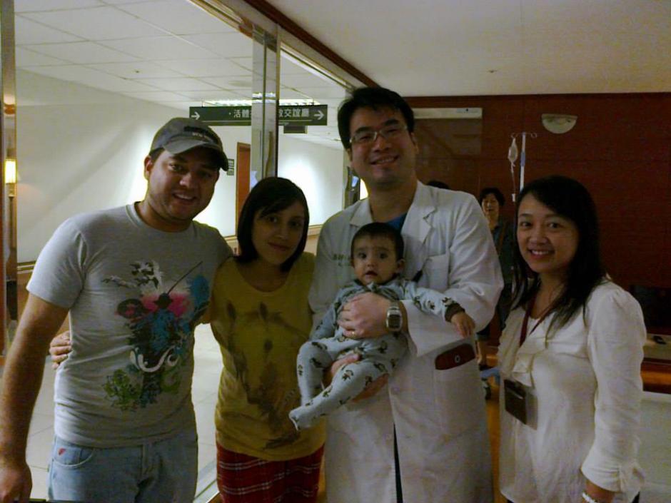 El momento esperado ha llegado, los trabajadores del hospital se han encariñado de la pícara mirada del niño guatemalteco.