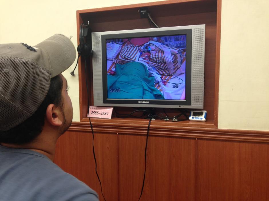 Mohamed, el padre del pequeño, solo tiene permitido verlo por medio de un monitor.