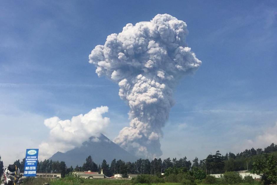 Espectacular vista de la erupción del Volcan Santiaguito en Quetzaltenango. (Foto: @ErickColop)