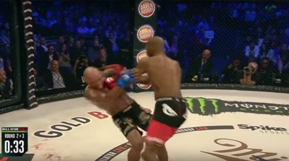 El incidente tuvo lugar a 34 segundos de terminar el segundo round. (Foto: Captura de YouTube)