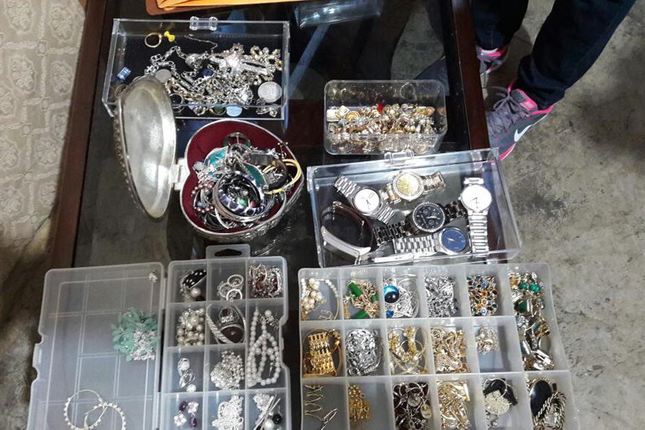 Se encontraron joyas y relojes en las viviendas allanadas. (Foto: PNC)