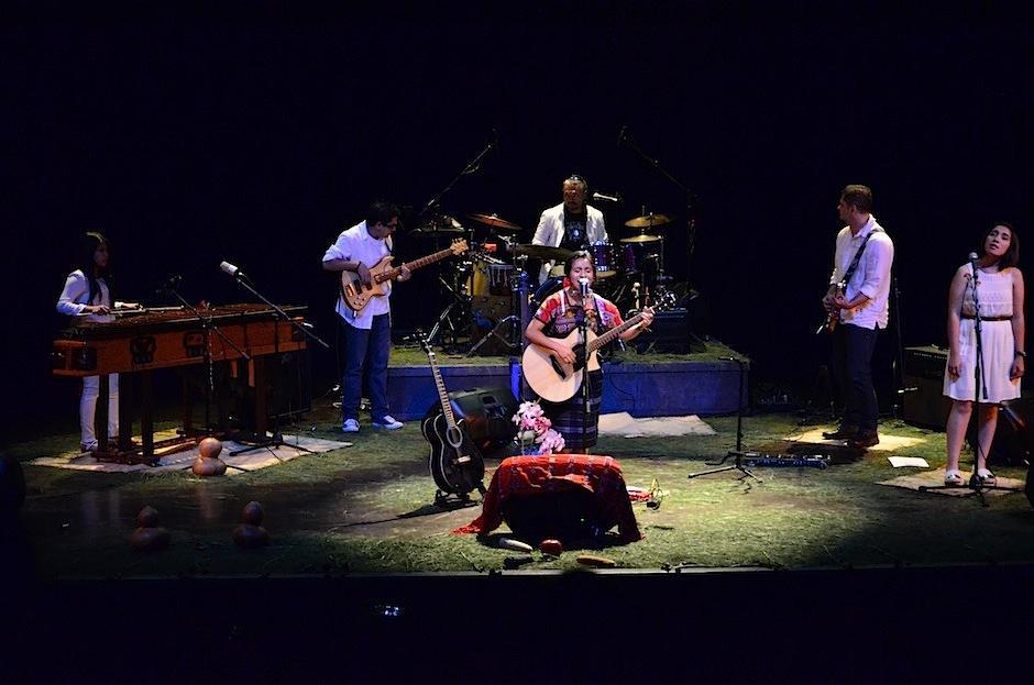 La cantautora Sara Curruchich se presentó en el teatro del IGA. (Foto: Selene Mejía/Soy502)