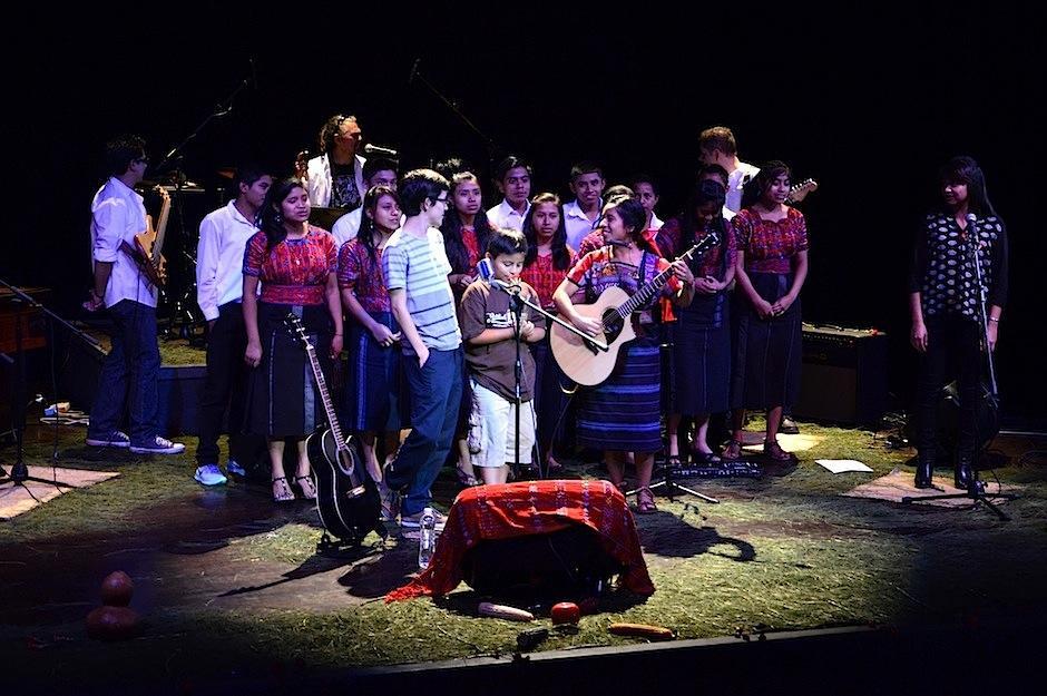 """La músico cantó """"Niña"""" junto al público en escena. (Foto: Selene Mejía/Soy502)"""