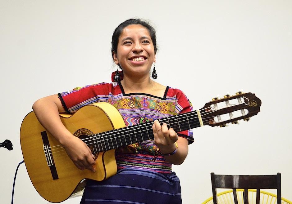 Sara dio un pequeño concierto en la presentación de su sencillo. (Foto: Selene Mejía/Soy502)