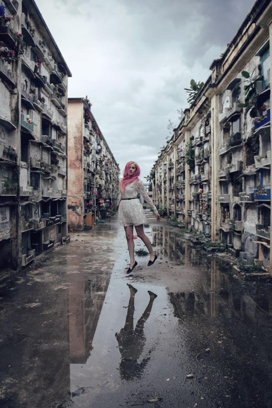 En la foto la modelo Adriana Palomo posa con el Cementerio General de fondo. (Foto: Sarah Caroline Müller)