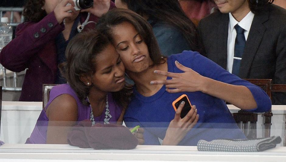 Malia y Sasha se tomaron una foto selfie durante la segunda toma de posesión de su padre, el presidente Barack Obama.