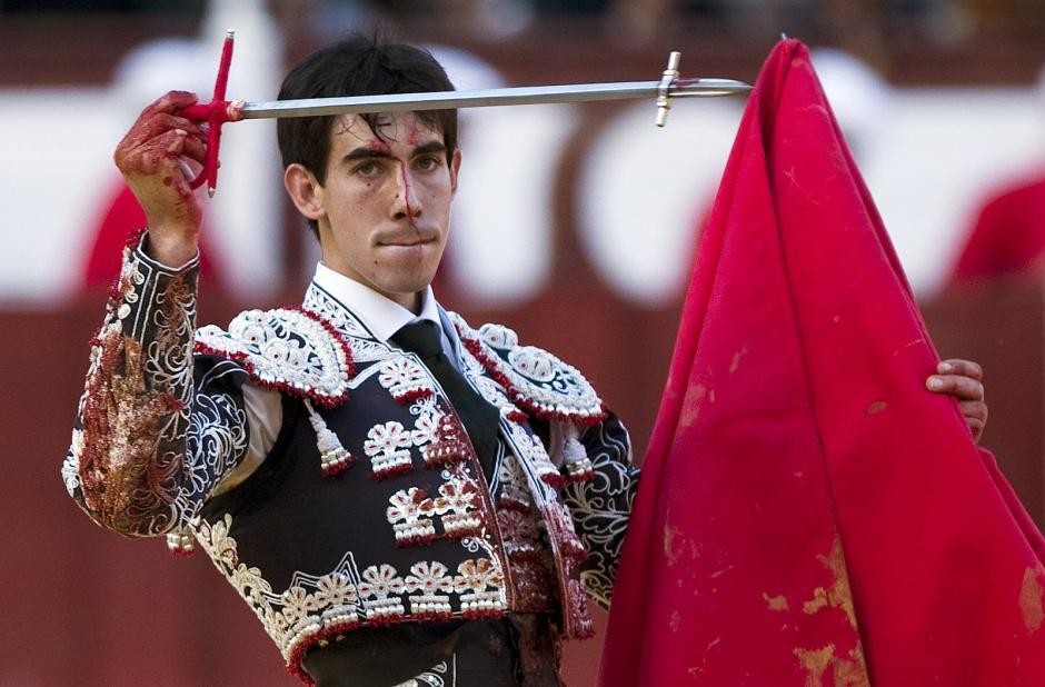Saúl Jiménez Fortes es un reconocido torero español que ha sufrido dos cornadas en el cuello durante el 2015. (Foto: alertadigital.com)