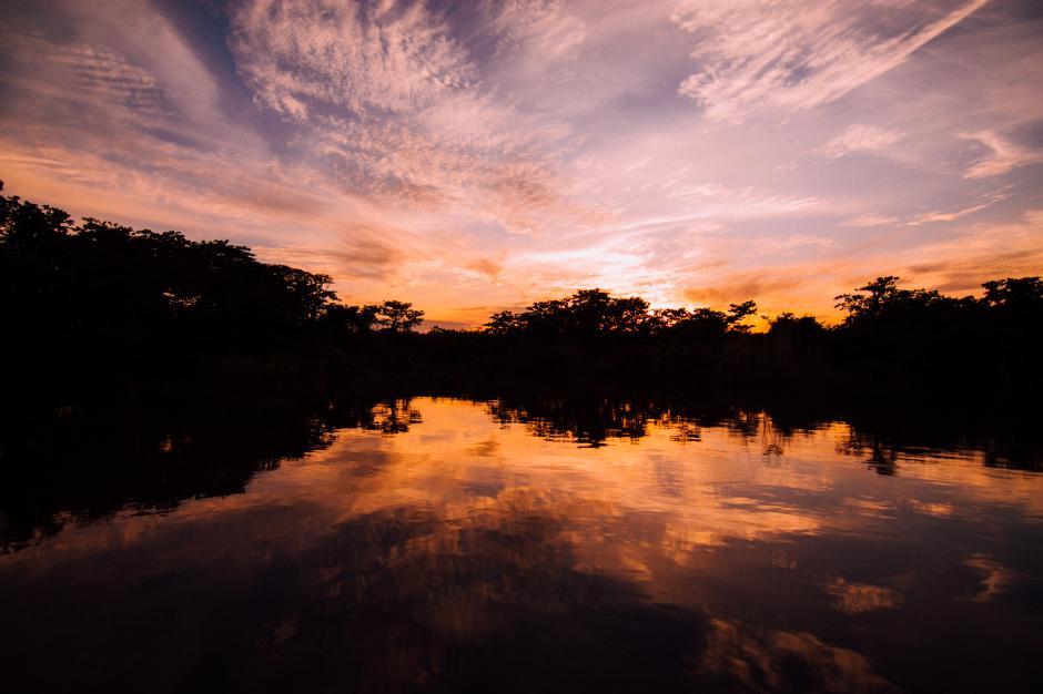 Los atardeceres en las aguas en río La Pasión dibujan una maravilla de la naturaleza.(Fabriccio Díaz)