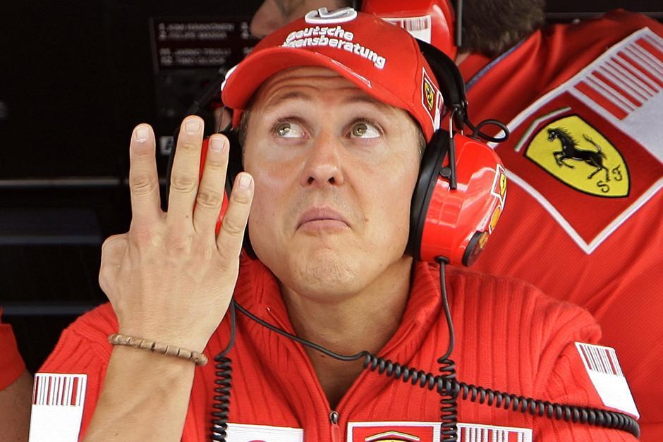 Michael Schumacher será recordado por muchos amantes de la F1, por esta fotografía, donde mostraba sus cuatro dedos, en señal de los cuatro títulos que en ese momento tenía con Ferrari. (AFP)