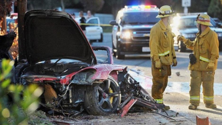 Cuerpos de socorro inspeccionan el área del siniestro poco después de que el vehículo estallara. (Foto: Daily Mail).
