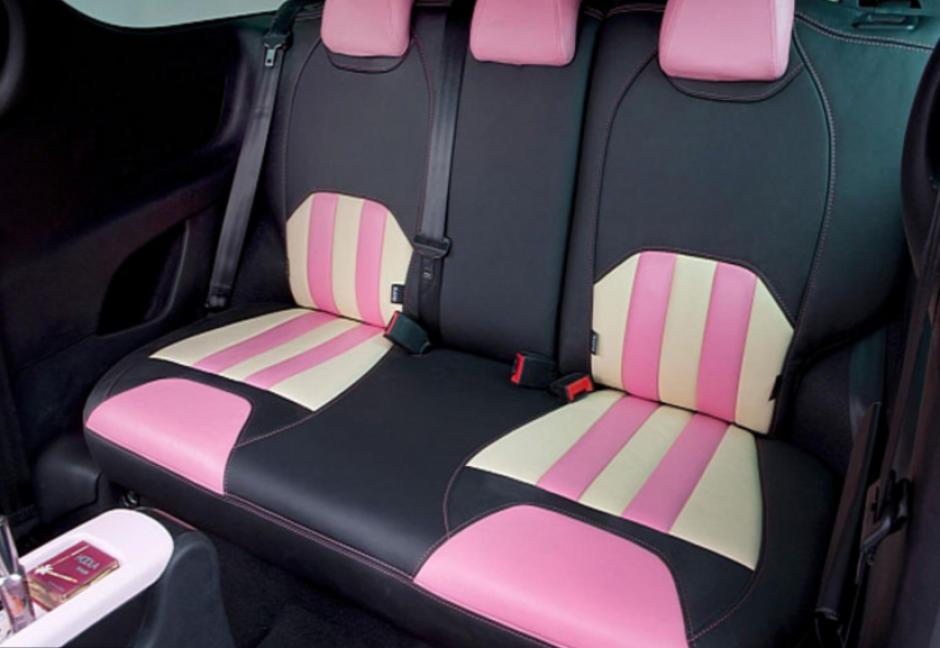 Así son los tapizados de los sillones traseros del vehículo.