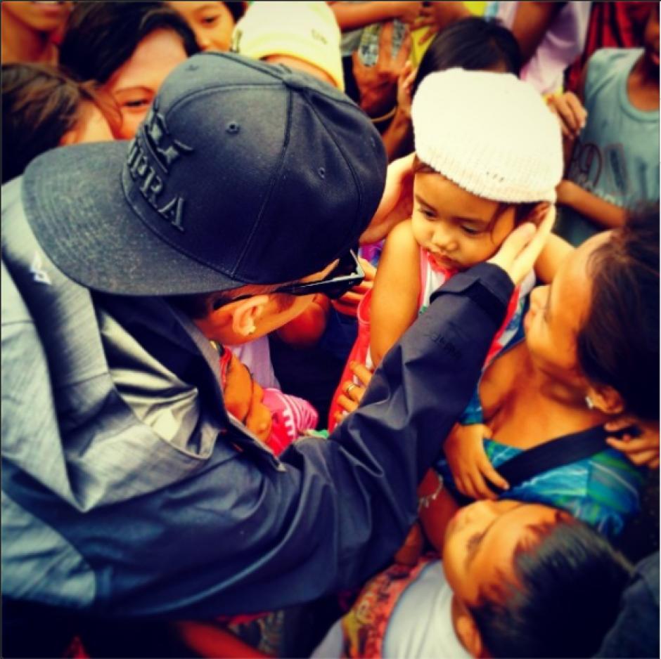 """""""Rezar por Filipinas, el viaje más conmovedor de mi vida"""" escribió Justin en esta fotografía que subió a su cuenta de Instagram."""