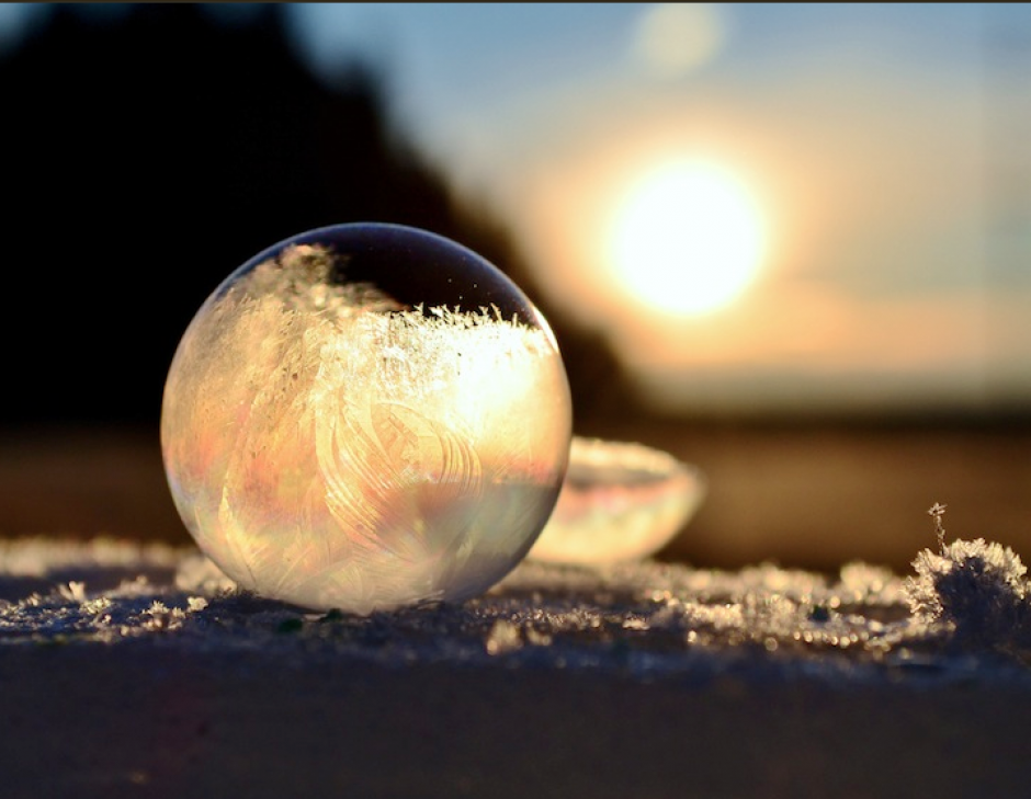 La fotógrafa Angela Kelly decidió sacar partido de las temperaturas gélidas para hacer unas fotografías realmente originales en el patio de su propia casa en Washington, EE.UU. al hacer burbujas que quedaron congeladas. (Foto: Visual News.com)