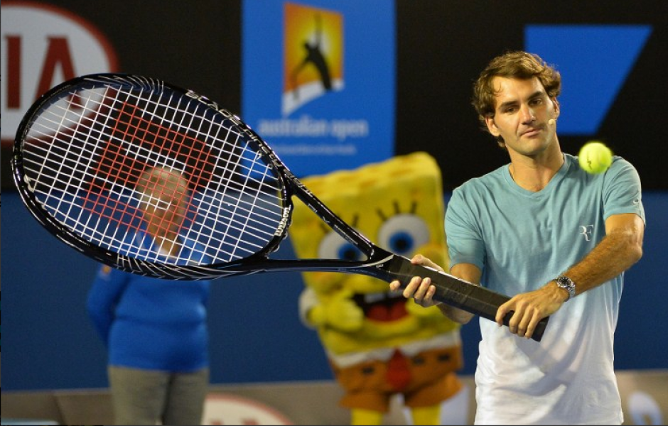 Roger Federer, de Suiza, golpea una volea con una raqueta gigante durante el partido de exhibición Kids Day antes del torneo Abierto de tenis de Australia en Melbourne el 11 de enero de 2014. El torneo de tenis Abierto de Australia se ejecuta en 13 a 26.